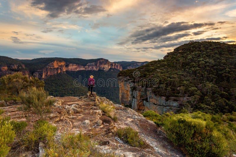 La hembra admite las opiniones magníficas del valle de la montaña fotografía de archivo libre de regalías