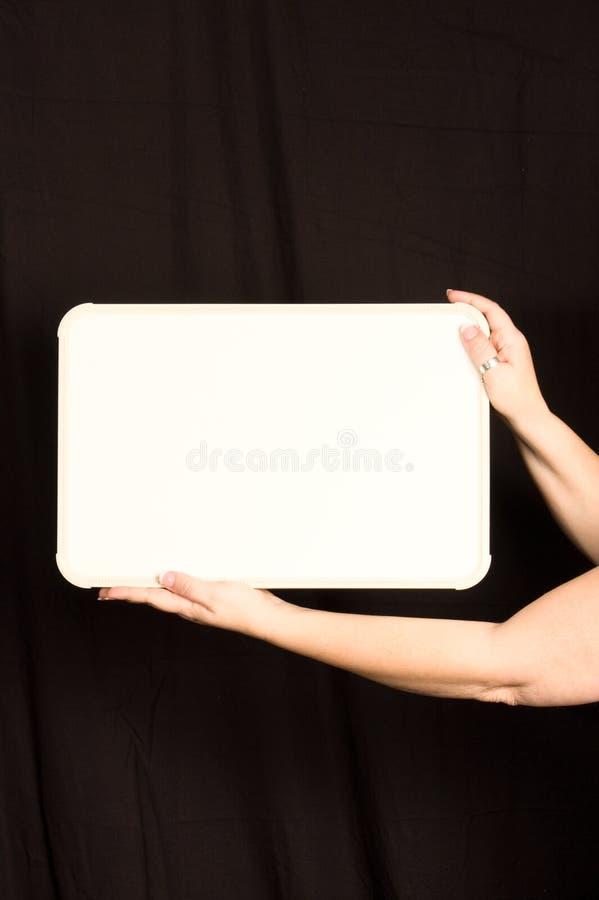 La hembra da llevar a cabo el espacio de la copia de Whiteboard fotografía de archivo