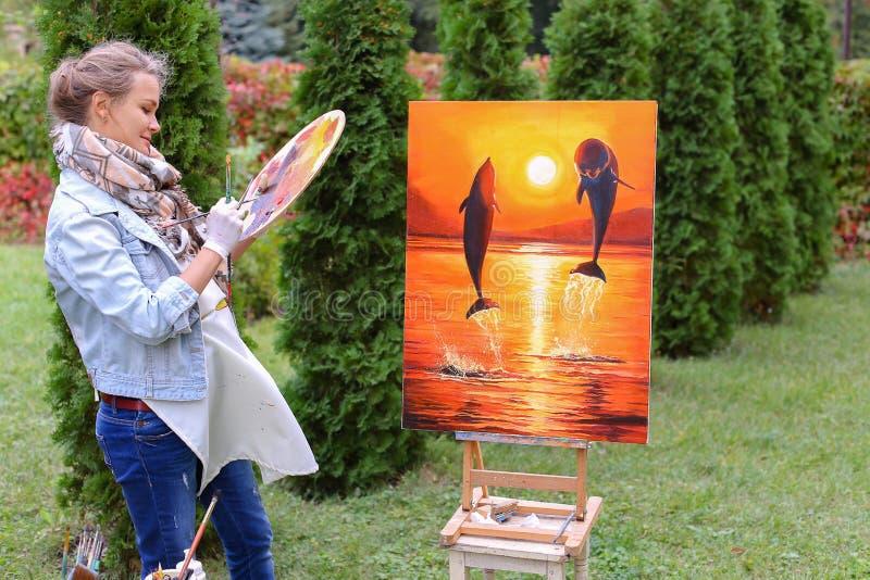 La hembra europea hermosa del artista del aspecto sostiene la paleta y el Br fotografía de archivo libre de regalías