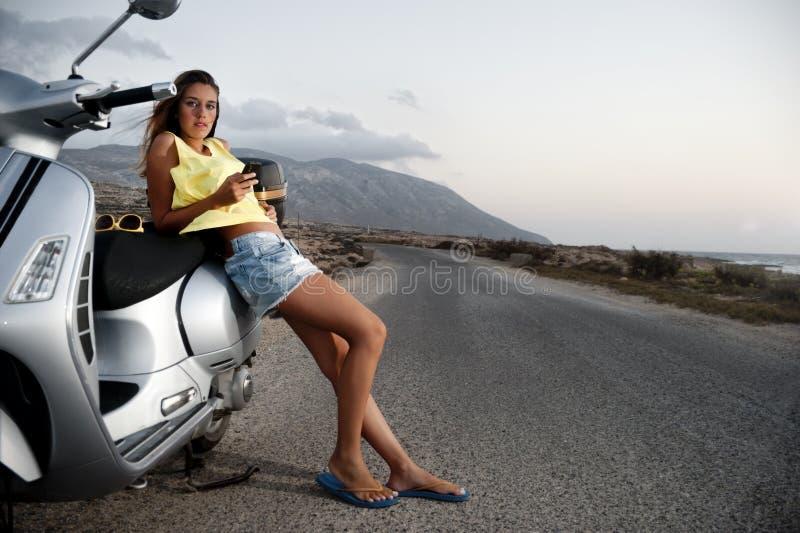 La hembra joven disfruta de un viaje de la motocicleta fotos de archivo libres de regalías