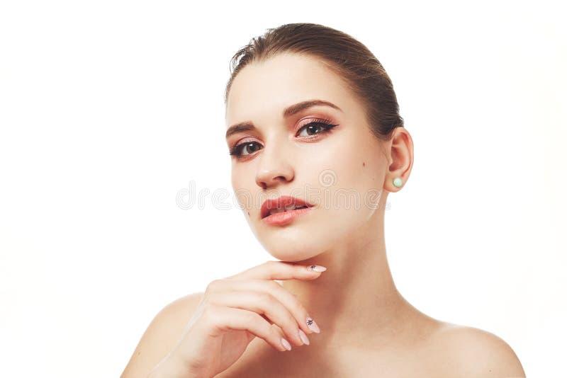 La hembra joven hermosa con compone, nuse de las actitudes contra el fondo blanco, tiene expresión misteriosa, tiene la piel pura imágenes de archivo libres de regalías