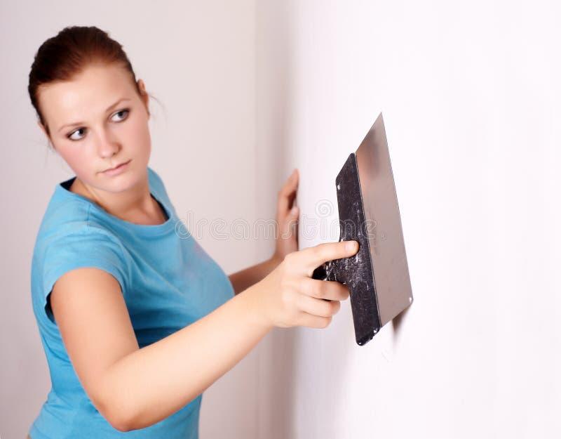La hembra repara en el apartamento fotografía de archivo