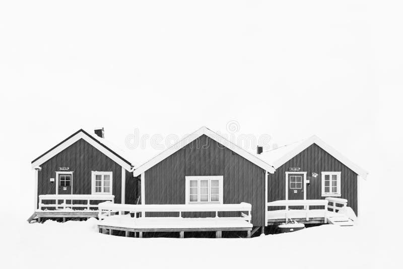 La hermosa vista de escénico lofoten paisaje del invierno del archipiélago de la isla con las cabinas tradicionales de Rorbuer de fotos de archivo