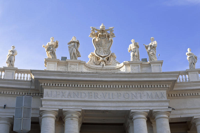 La hermosa vista de la columnata del Bernini en el cuadrado de Peter, Ciudad del Vaticano roma imagen de archivo libre de regalías