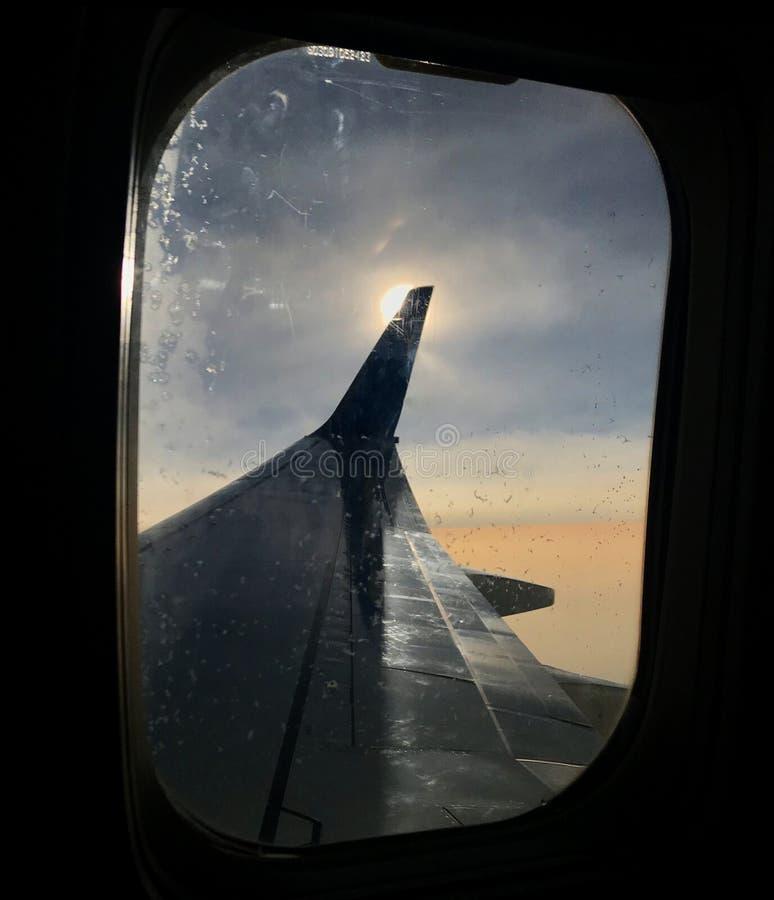 La hermosa vista de la ventana del aeroplano, ala grande de aviones muestra el marco imagen de archivo