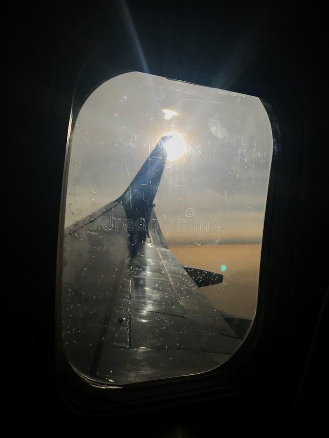 La hermosa vista de la ventana del aeroplano, ala grande de aviones muestra el marco fotos de archivo