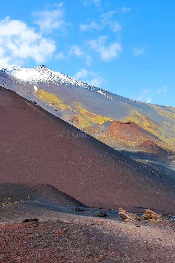 La hermosa vista del monte Etna rodeó por paisaje volcánico dañado Capturado en una imagen vertical de los cráteres de Silvestri fotografía de archivo libre de regalías