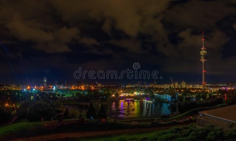 La hermosa vista del parque ol?mpico en la noche fotografía de archivo libre de regalías