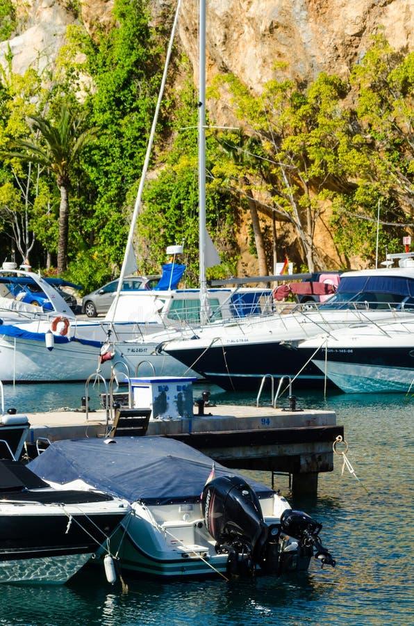 LA HERRADURA, SPAGNA - 26 maggio 2018 barche ed appartamenti di lusso immagine stock