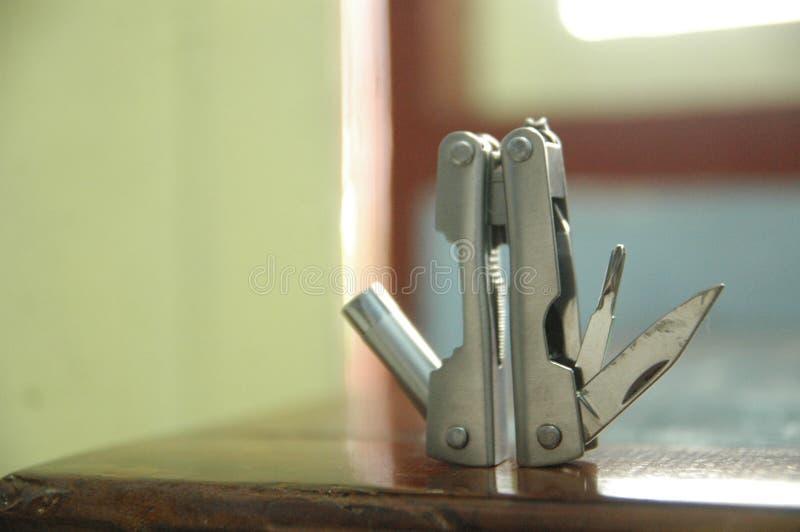 La herramienta amplió el fondo azul de las herramientas y de los alicates - práctico - cierre compacto para arriba imágenes de archivo libres de regalías