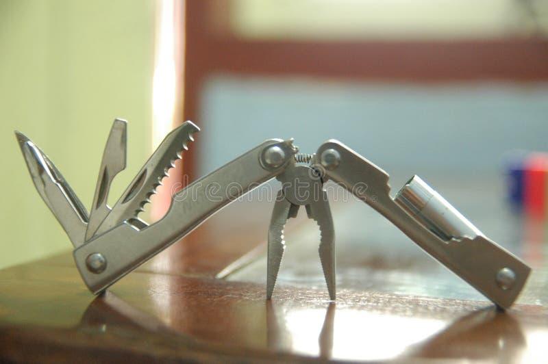 La herramienta amplió el fondo azul de las herramientas y de los alicates - práctico - cierre compacto para arriba foto de archivo libre de regalías