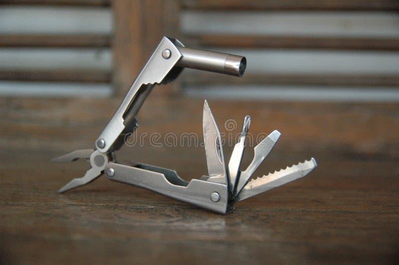 La herramienta amplió las herramientas y los alicates empañan el fondo - imagenes de archivo