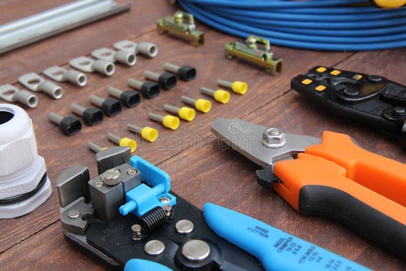 La herramienta del separador del cable eléctrico en las mentiras del primero plano en una superficie de madera imagen de archivo libre de regalías