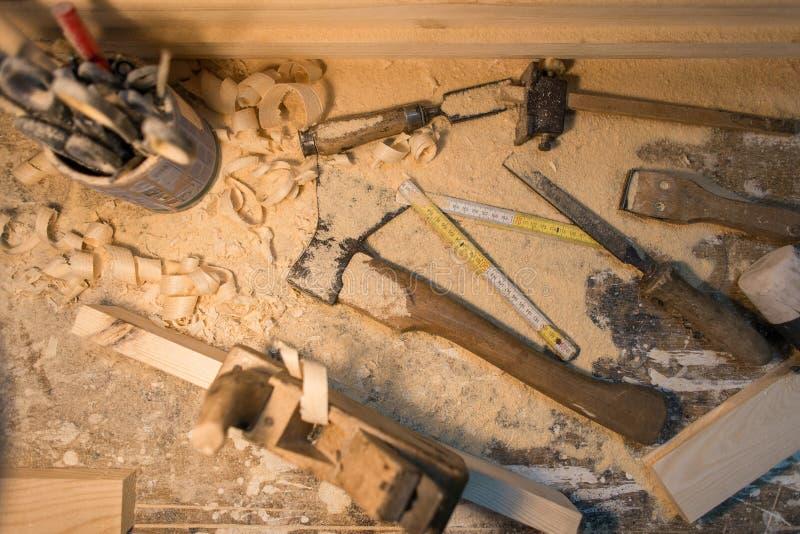 La herramienta para los productos de madera, hacha, avión, scissors mentiras fotos de archivo