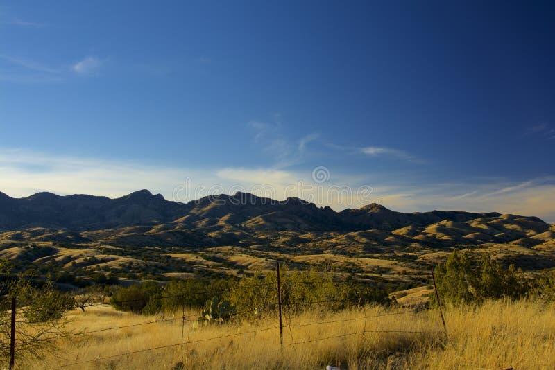 La hierba cubrió las montañas foto de archivo