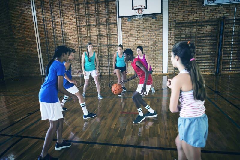 La High School scherza il gioco della pallacanestro nella corte fotografie stock
