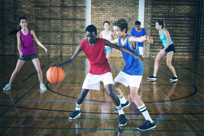 La High School scherza il gioco della pallacanestro nella corte immagini stock libere da diritti