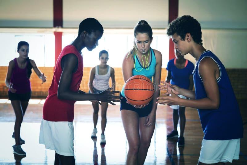 La High School secundaria embroma alrededor para comenzar a jugar a baloncesto imagen de archivo libre de regalías