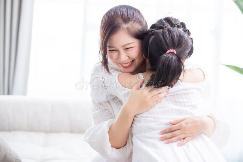 La hija da mamá un abrazo fotos de archivo libres de regalías