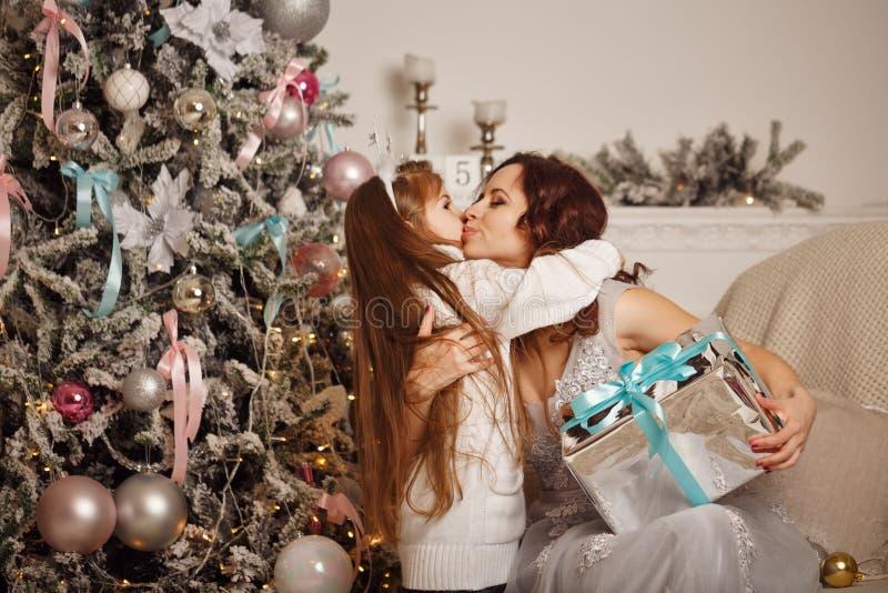 La hija da a su madre un regalo de la Navidad fotos de archivo libres de regalías