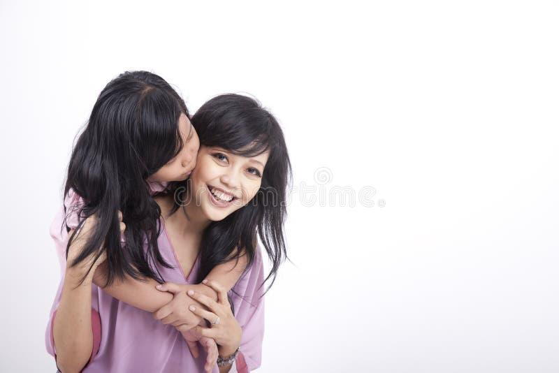 La hija da a su momia un beso fotos de archivo