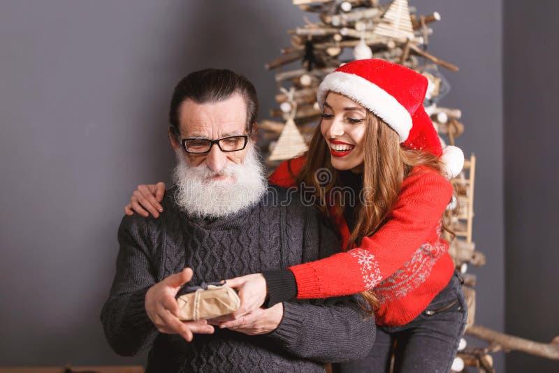 La hija da un regalo a su papá imágenes de archivo libres de regalías