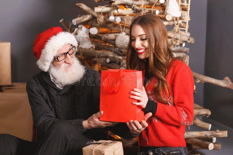 La hija da un regalo a su papá fotos de archivo libres de regalías