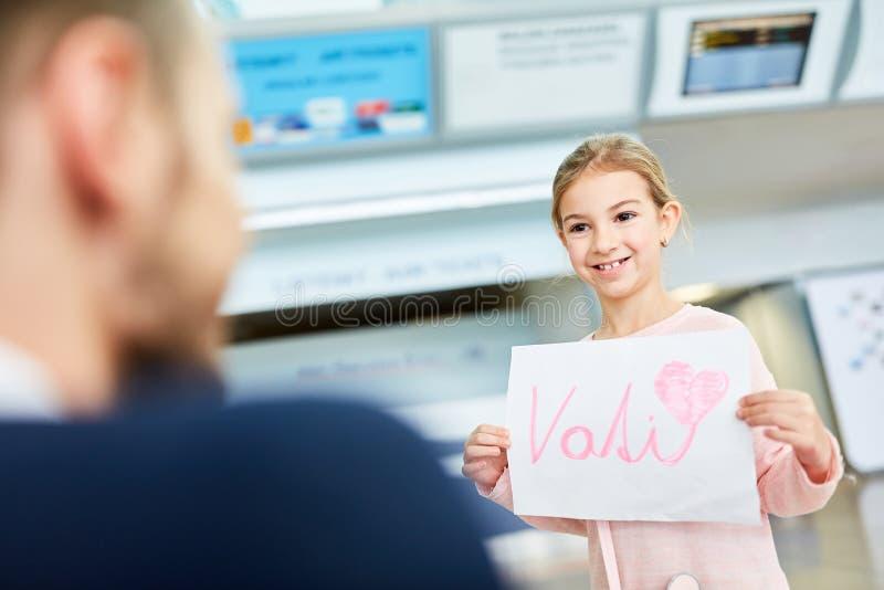 La hija en el aeropuerto saluda el padre foto de archivo