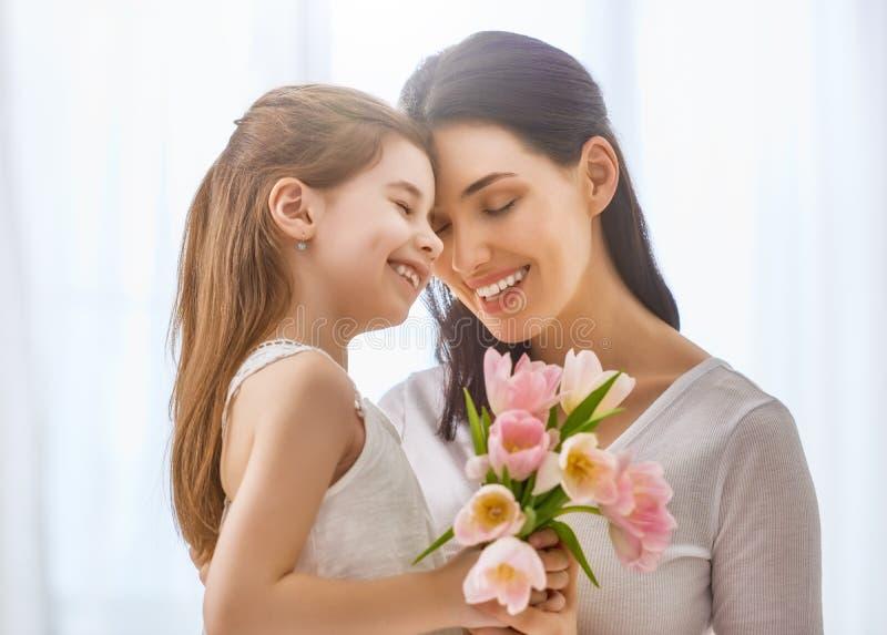 La hija felicita a la mamá fotos de archivo libres de regalías