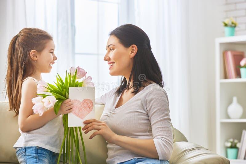 La hija felicita a la mamá imágenes de archivo libres de regalías