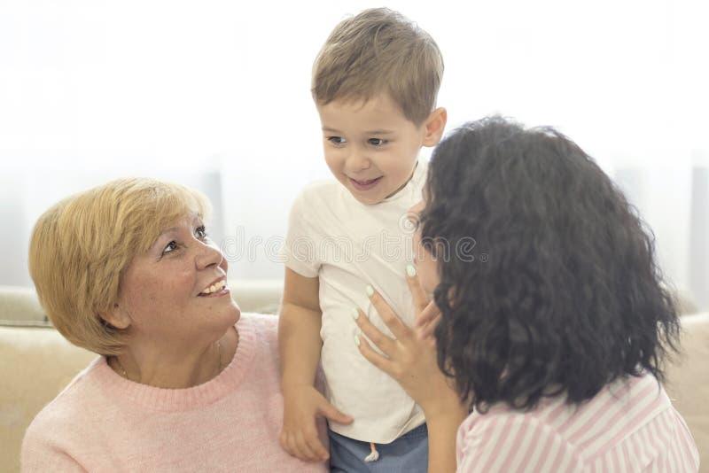 La hija y el nieto vinieron visitar a su abuela fotografía de archivo