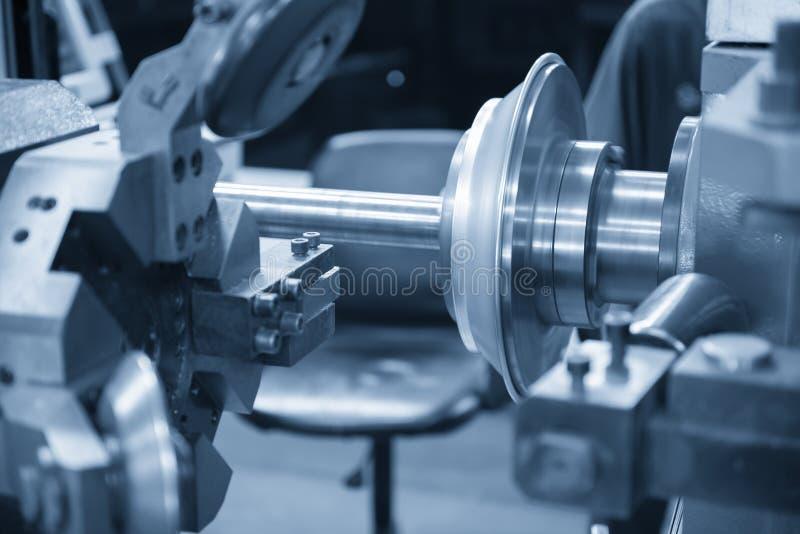 La hiladora del CNC que forma la placa de aluminio foto de archivo