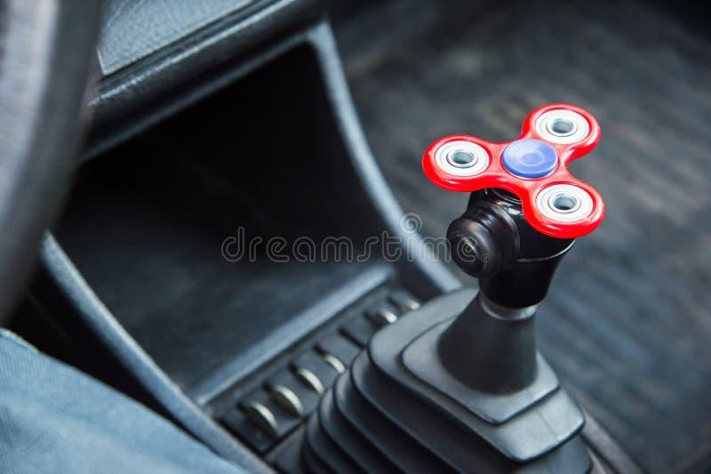 La Hilandero-persona agitada del primer es un juguete por el tiempo de desvío que está en el coche en la colocación en un atasco  fotografía de archivo