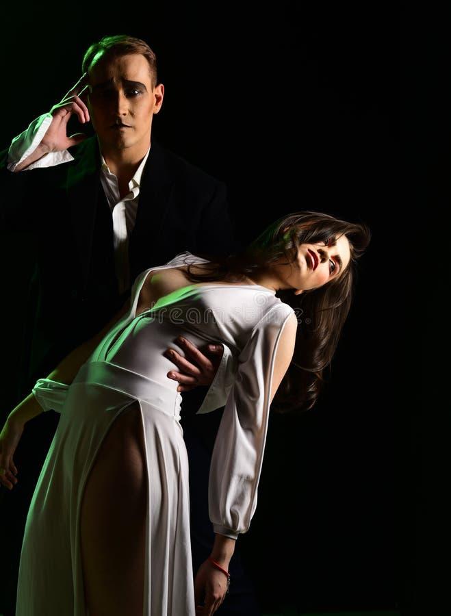 La historia de amor más grande imite el acto del hombre y de la mujer en escena romántica Los pares de imitan a artistas realizan fotos de archivo