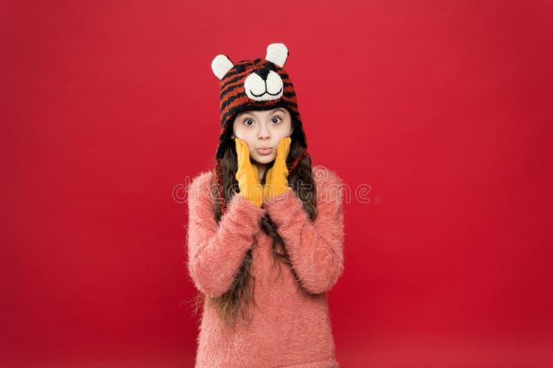 La historia del invierno moda para los niños accesorio divertido de ropa de cama pequeña feliz con sombrero de punto niño alegre  fotos de archivo