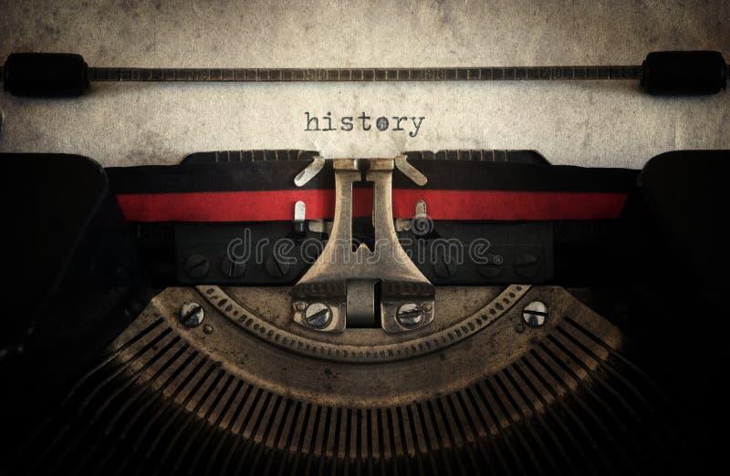 La historia mecanografió en una máquina de escribir vieja del vintage con la hoja de papel Enríe fotos de archivo