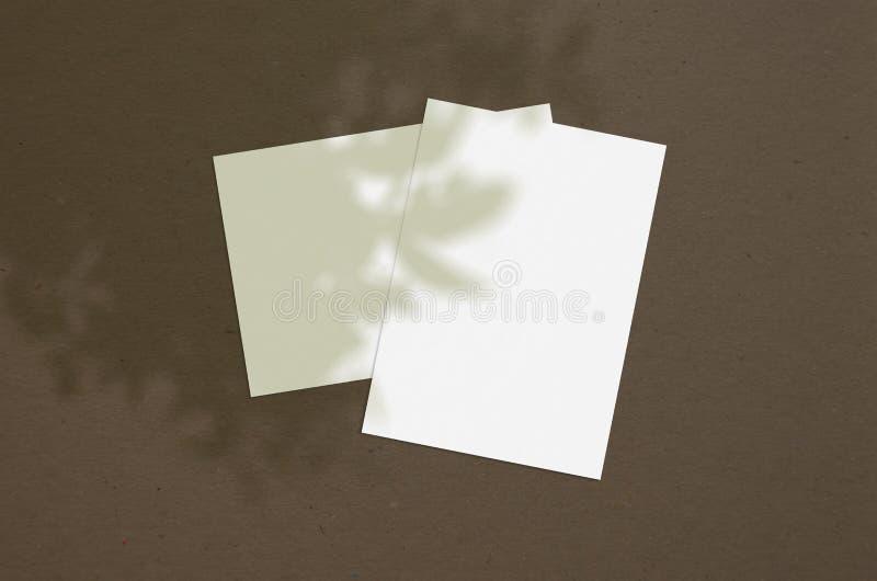 La hoja de papel vertical blanca 5x7 del espacio en blanco avanza lentamente con la capa de la sombra del árbol Tarjeta de felici libre illustration
