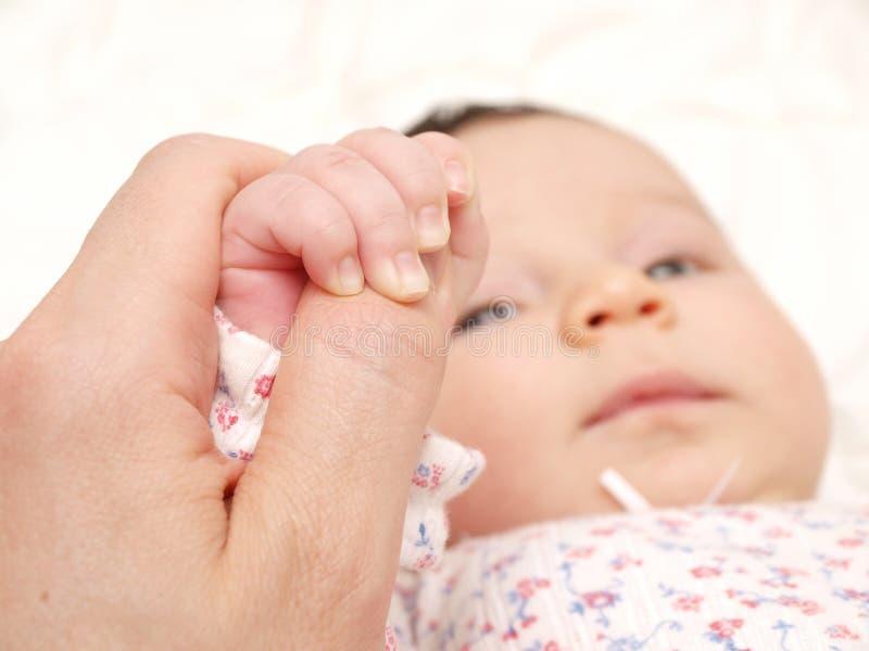 La holding del bambino parents la mano fotografia stock