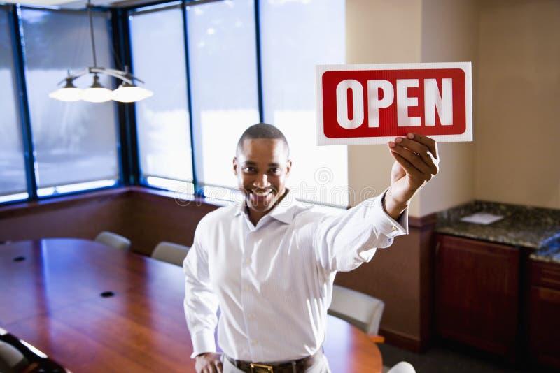 La holding di impiegato aperta firma dentro la sala del consiglio vuota immagine stock
