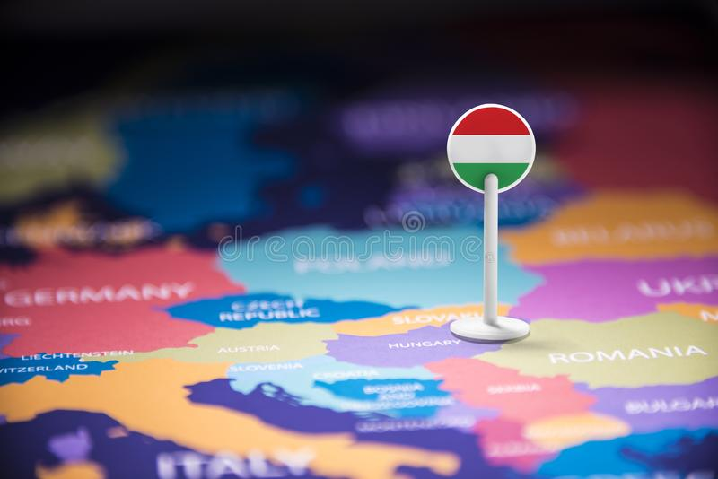 La Hongrie a identifié par un drapeau sur la carte image libre de droits