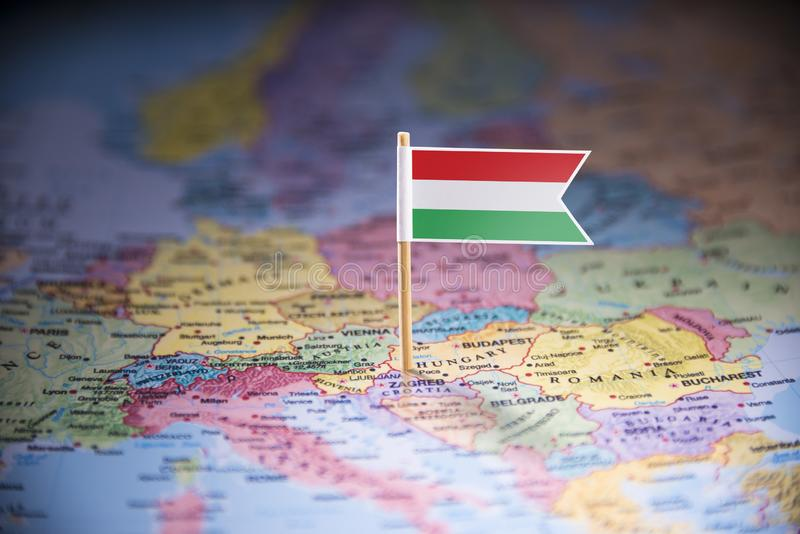 La Hongrie a identifié par un drapeau sur la carte photos libres de droits