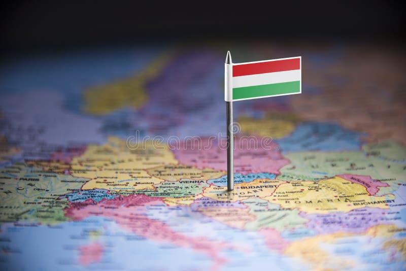 La Hongrie a identifié par un drapeau sur la carte photo stock
