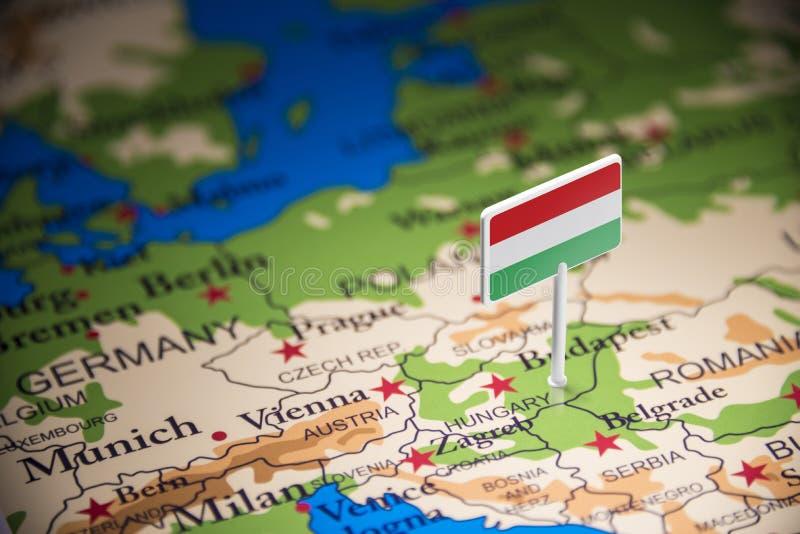 La Hongrie a identifié par un drapeau sur la carte photographie stock