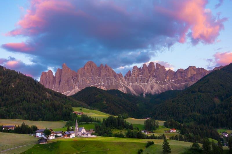 La hora de oro de pueblo de Santa Magdalena con el valle alpino, V fotos de archivo libres de regalías
