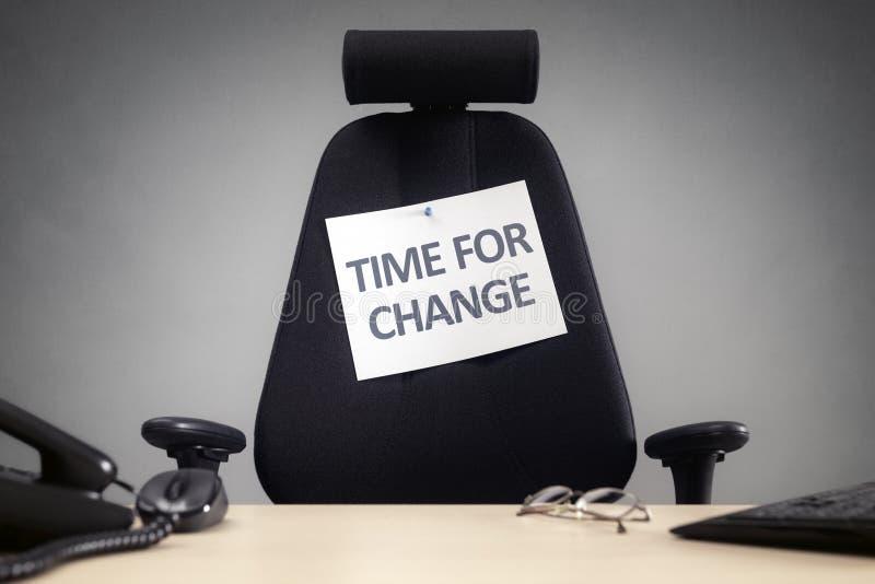 La hora para la silla vacía del negocio del cambio con firma adentro la oficina imagen de archivo