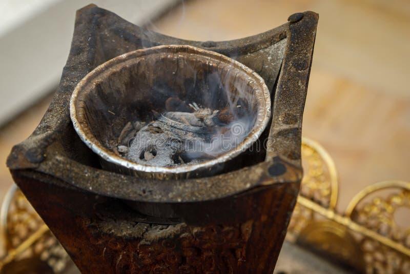 La hornilla árabe del oudh en mercado de la especia en Dubai, United Arab Emirates imágenes de archivo libres de regalías