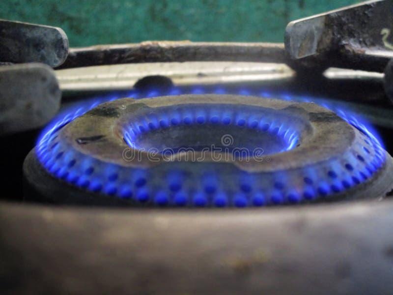 La hornilla de la estufa de gas de la cocina que flamea en color azul marino flamea Agradable verlo en ángulo del primer imagen de archivo libre de regalías