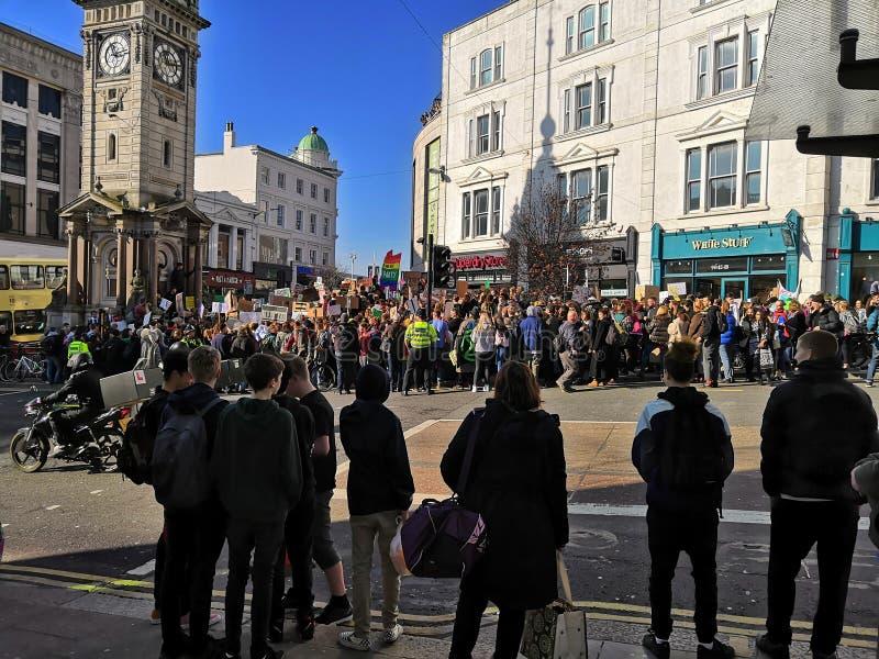 La huelga del clima en los niños BRITÁNICOS de Brighton, Sussex protesta contra el cambio climático fotografía de archivo libre de regalías