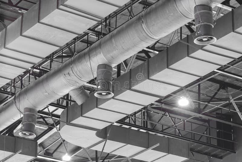 La HVAC canaliza la limpieza, tubos de la ventilación en el mater de plata del aislamiento imagen de archivo libre de regalías
