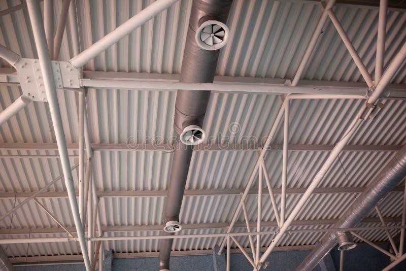 La HVAC canaliza la limpieza, tubos de la ventilación en la ejecución de plata del material de aislamiento del techo dentro del n imagen de archivo